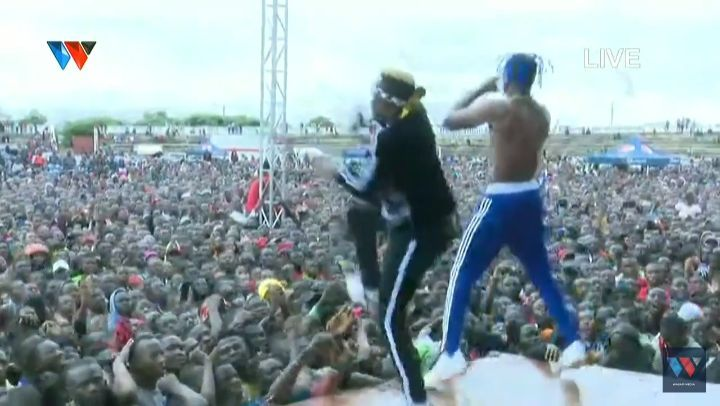 Scandale : Diamond Platnumz et Rayvany  tombent au fond du podium effondré en plein concert , VIDEO